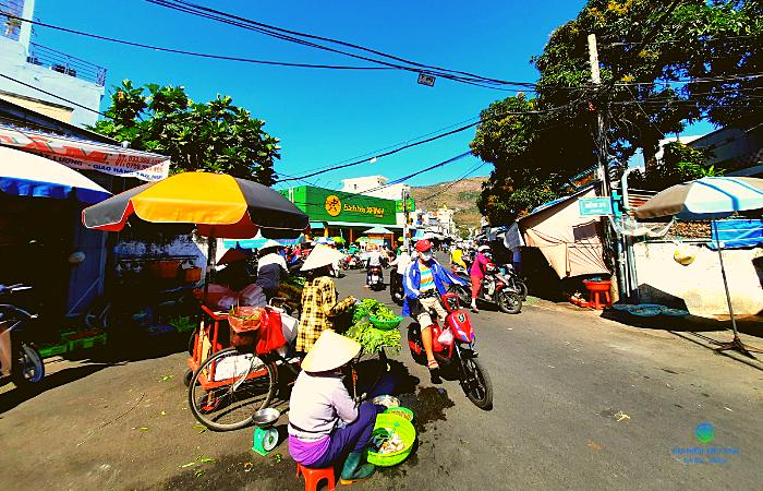 Lối vào chợ từ đường Cô Bắc